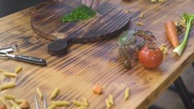 Leef krab die op keukenlijst kruipen terwijl het koken van voedsel in zeevruchtenrestaurant Chef-kokkok die levende krab op keuke stock video