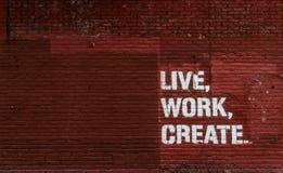 Leef, werk, creeer De achtergrond van de muur stock foto