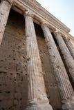 Leeftijd versleten pijlers, Tempel Hadrians. Royalty-vrije Stock Afbeelding
