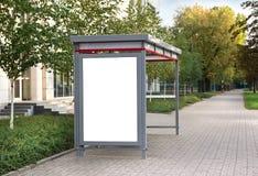 Leeg aanplakbord bij bushalte Stock Foto