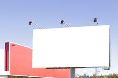 Leeg aanplakbord in de stad tegen blauwe hemel Stock Foto