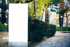 Leeg aanplakbord in het stadspark horizontaal Stock Afbeelding