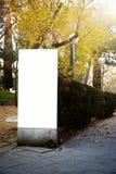 Leeg aanplakbord in het stadspark verticaal Stock Fotografie