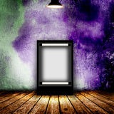 Leeg aanplakbord in lege donkere ruimte Stock Foto's