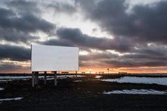 Leeg aanplakbord met donkere zonsondergang in de winter bij platteland Royalty-vrije Stock Foto's