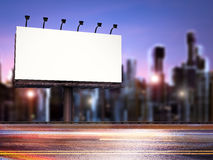 Leeg Aanplakbord met gebouwen Stock Afbeelding
