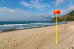 Leeg aardig strand in de kust van Sao Paulo, Brazilië Stock Afbeeldingen
