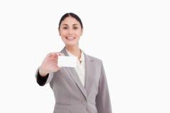 Leeg adreskaartje dat door verkoopster wordt voorgesteld Stock Afbeeldingen