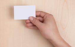 Leeg Adreskaartje dat op hout wordt gehouden Stock Afbeelding