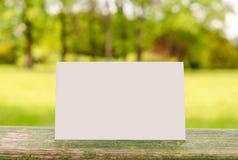 Leeg adreskaartje op het landschap Stock Afbeeldingen
