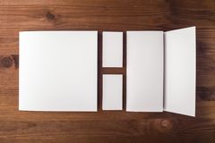 Leeg adreskaartjes en boekje, brochure op een houten achtergrond Royalty-vrije Stock Foto