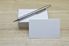 Leeg adreskaartjes en potlood op houten lijst Stock Afbeelding