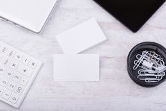 Leeg adreskaartjesmodel op witte houten achtergrond Royalty-vrije Stock Afbeelding