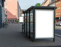 Leeg advertentie ruimteteken dat bij een bushalte in de straat wordt geïsoleerd royalty-vrije stock afbeeldingen