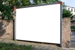 Leeg advertentie ruimteteken dat in de straat wordt geïsoleerd stock afbeelding