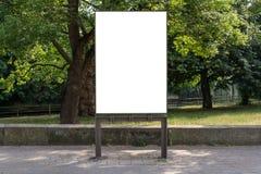Leeg advertentie ruimteteken dat voor een park wordt geïsoleerd stock fotografie