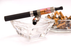 Leeg asbakje met e-sigaret Stock Afbeelding
