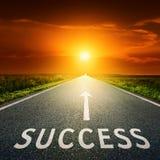 Leeg asfaltweg en teken die succes symboliseren Stock Afbeeldingen