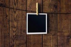 Leeg beeld op houten achtergrond Stock Afbeeldingen