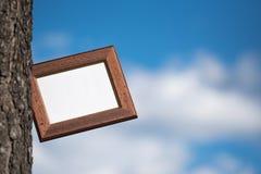 Leeg beeld voor inschrijvingen op de achtergrond van blauwe hemel Royalty-vrije Stock Fotografie