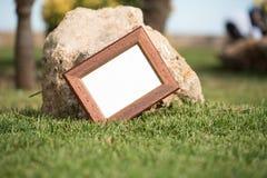 Leeg beeld voor inschrijvingen op de achtergrond van gras en s Stock Foto