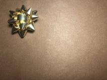 Leeg berichtgebied met ornament als gele heldere ster, notadocument op donkere en lichtbruine achtergrond stock foto's