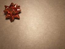 Leeg berichtgebied met ornament als rode heldere ster, notadocument of kader op donkere en lichtbruine achtergrond royalty-vrije stock afbeeldingen