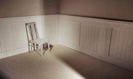 Leeg binnenland met stoel tegen muur Royalty-vrije Stock Afbeelding