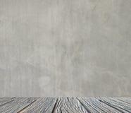 Leeg binnenland voor ontwerp, witte concrete muur en houten vloer Lege Zaal Ruimte voor tekst en beeld Ontwerpideeën en stijl Royalty-vrije Stock Afbeelding