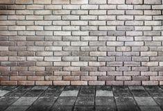 Leeg binnenlands perspectief - bakstenen muur en voetpadsteengrond Royalty-vrije Stock Foto's