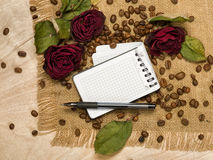 Leeg blad en droge rode rozen op koffiezaden Royalty-vrije Stock Fotografie