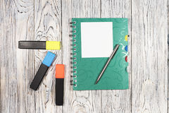 Leeg blad van document, blocnote, pen en andere levering Stock Afbeeldingen