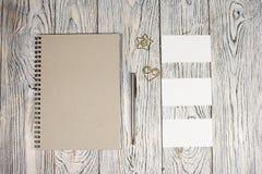 Leeg blad van document, blocnote, pen en andere levering Royalty-vrije Stock Foto