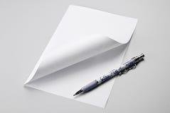 Leeg blad van document met gekrulde hoek en pen Stock Foto's