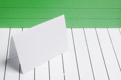 Leeg blad van document tegen een wit hout als achtergrond Stock Afbeelding