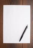 Leeg blad van Witboek en pen Royalty-vrije Stock Afbeeldingen