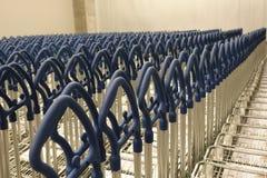 Leeg blauw boodschappenwagentje bij supermarktingang, de supermarkt van de karretjesauto royalty-vrije stock afbeelding