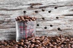 Leeg blauw post-itdocument op stapel van geroosterde koffiebonen Stock Afbeelding