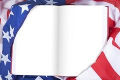 Leeg boek dat door Amerikaanse vlag wordt verpakt stock foto's