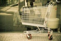 Leeg boodschappenwagentjekarretje openlucht. Marktwinkel en kleinhandel. Stock Afbeeldingen