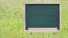 Leeg bord met houten schildersezel stock video