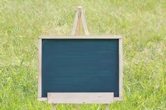 Leeg bord met schildersezel Stock Fotografie