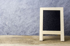 Leeg bord met schildersezel op oud hout Royalty-vrije Stock Foto's