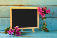 Leeg bord naast mooie purpere mediterrane de zomerbloemen Gefiltreerde wijnoogst De ruimte van het exemplaar Royalty-vrije Stock Foto