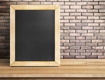Leeg bord op houten lijst bij rode bakstenen muur, Malplaatjespot Stock Afbeeldingen