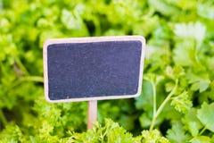 Leeg bordteken op voedselmarkt met saladeachtergrond - Stock Afbeeldingen