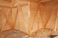 Leeg bouwterrein ecologisch huis Het externe werk aangaande de de bouwenvelop De houten structuur van het huis stock afbeeldingen