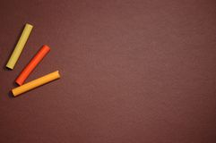 Leeg bruin karton en multicolored pastelkleur stock fotografie