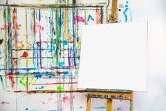 Leeg canvas in het atelier van de schilder Stock Afbeeldingen