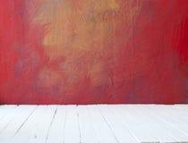 Leeg cementeert een kleurenbinnenland van uitstekende ruimte zonder plafond van verf grunge muur en oude houten vloer Royalty-vrije Stock Foto's